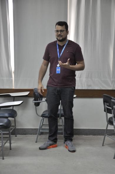 Professor Marcelo diante da turma de Psicologia