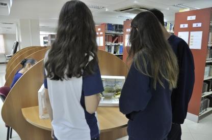 Alunos observando maquete produzida por alunos do curso de graduação da FAESA