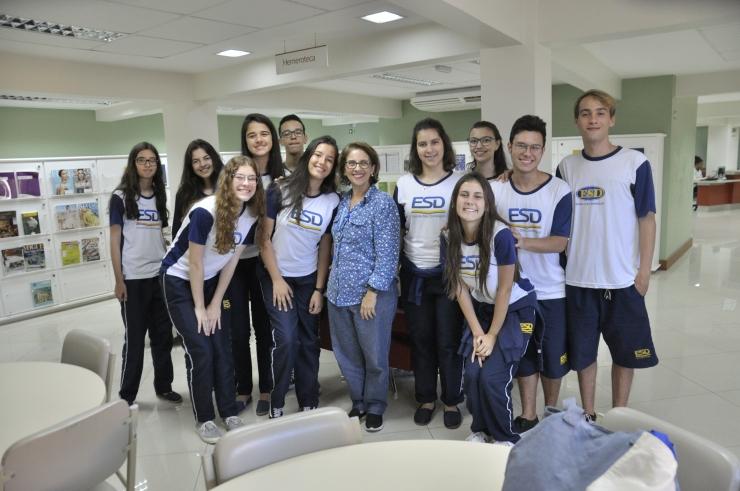 Alunos da Escola São Domingos com a coordenadora Heloisa Messias Mesquita