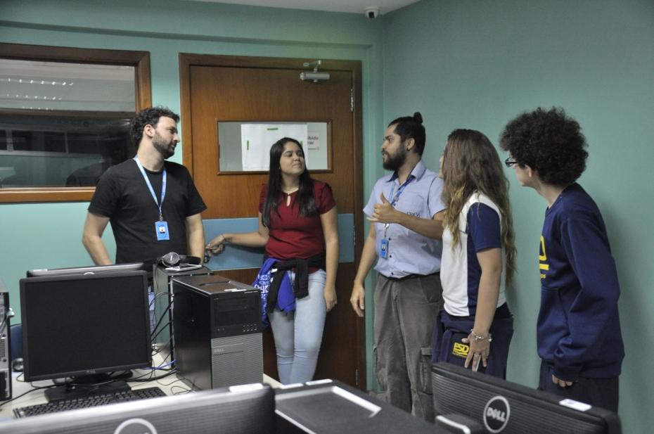 Alunos da ESD no laboratório do Faesa Digital