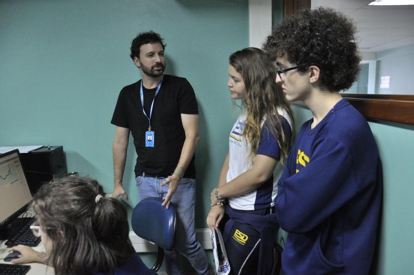 Professor Felipe Tessarolo com alunos da ESD