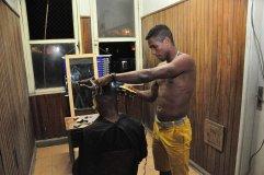 Barbearia improvisada no sexto andar do prédio / Foto: João Vitor Gomes