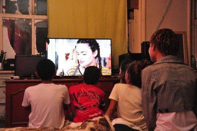 Família do oitavo andar do prédio assistindo televisão / João Vitor Gomes