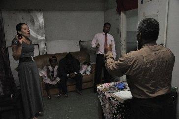 Vizinhos orando durante culto religioso na casa do pastor Juvenal / Foto: João Vitor Gomes