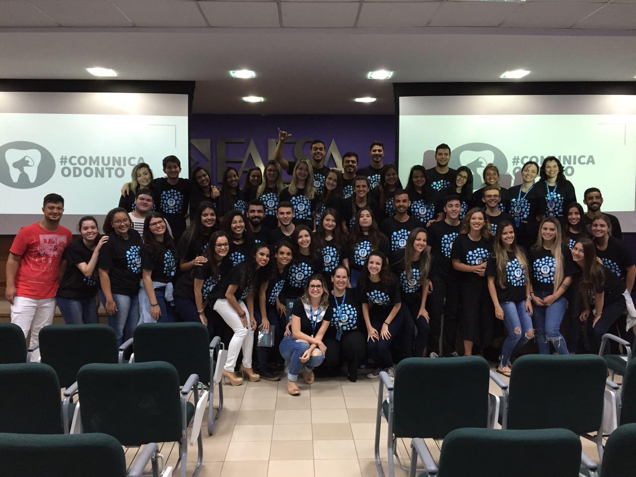 Alunos do 4º período de Jornalismo com os alunos do 3º período de Odontologia