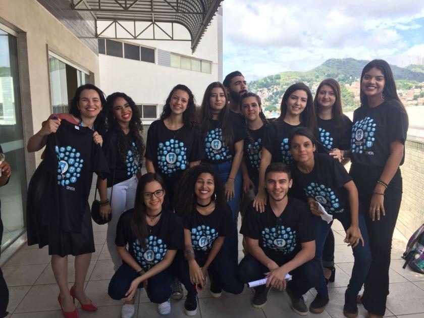 Alunos do 4º período de Jornalismo com a professora Mirella Bravo