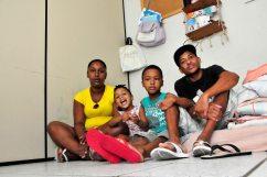 Ismael Oliveira Santos, 36, pintor desempregado, com a esposa Sabrina Alves da Silva, 27, e os filhos Daniele, 02, e Danilo, 06, ocupantes do 3º andar do antigo predio do IAPI / Foto: Zanete Dadalto
