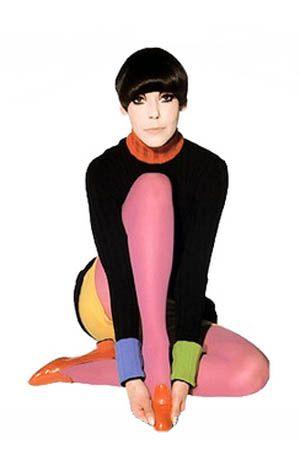 estilista veste meias coloridas com cabelo em corte geométrico