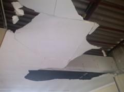 O teto apresenta algumas partes danificadas