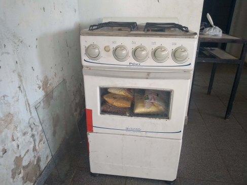 Os alimentos são guardados no forno de um fogão