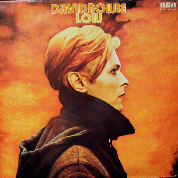 Capa do álbum Low, de David Bowie, lançando em 1977. A imagem da capa é do filme O Homem que Caiu na Terra