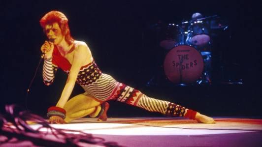 David Bowie se apresentando como Ziggy Stardust