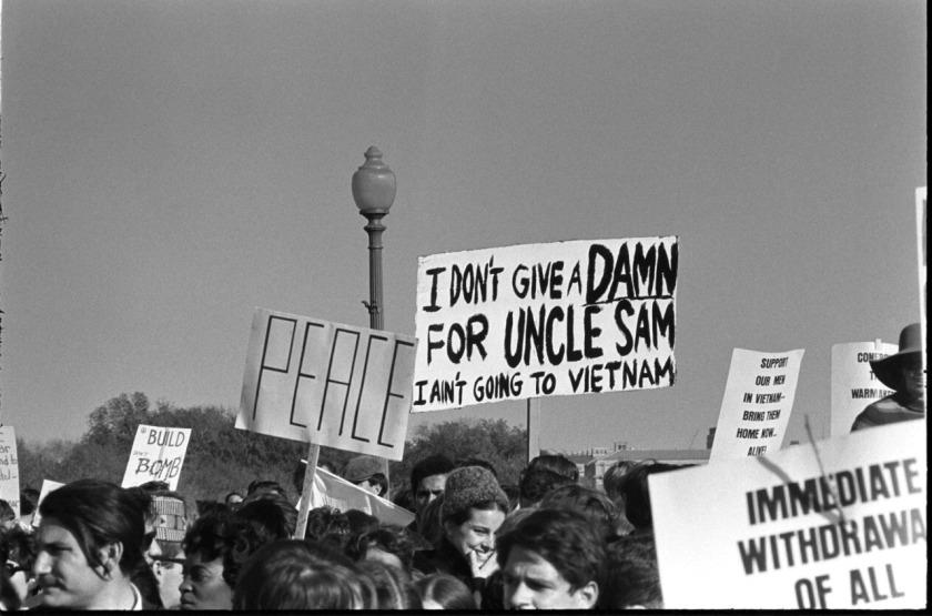 manifestação pela paz com cartazes