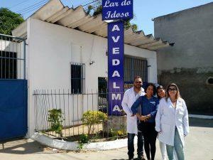 alunos do curso de enfermagem em frente a um asilo