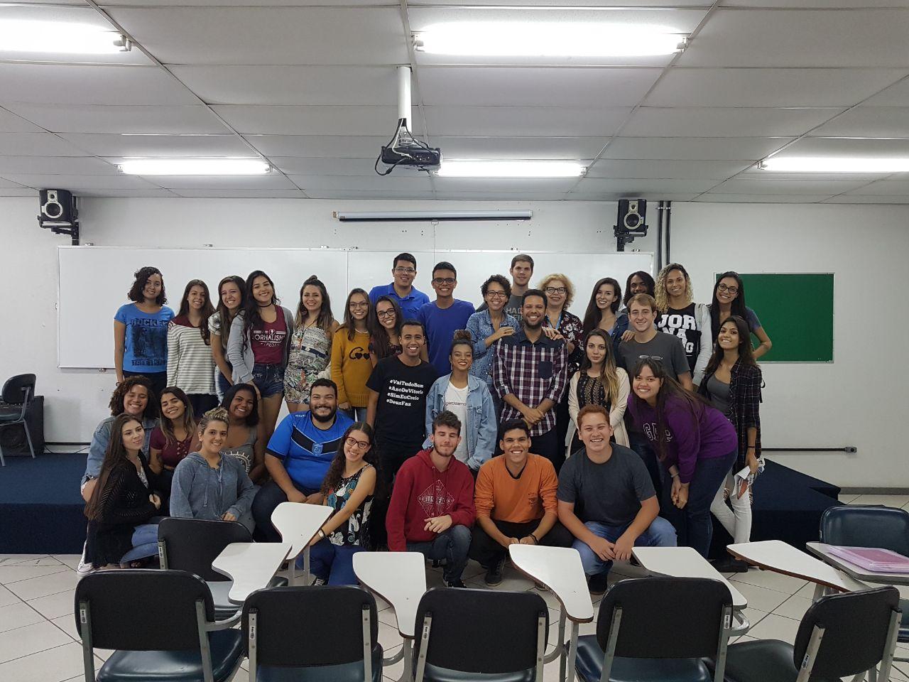 Ex-aluno Celso Júnior com alunos do terceiro período de Jornalismo e ex-professoras