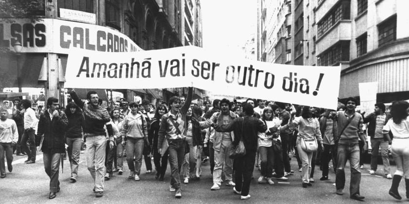 manifestantes pedem o fim da ditadura militar e o voto direto
