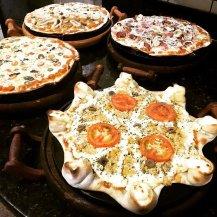 4 pizzas na mesa