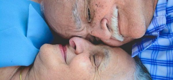 casal de idosos apaixonados