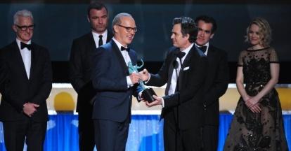 """Elenco de """"Spotlight - Segredos Revelados"""" recebe o prêmio de melhor filme"""