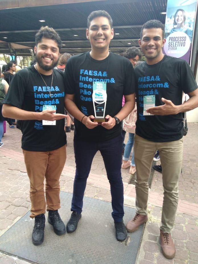 Alunos Guilherme Vasconcelos, Lorenzo Francez e Kennedy Cupertino com o prêmio Expocom pela categoria de Projeto Transdisciplinar