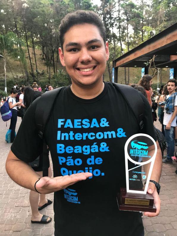 Aluno Lorenzo Francez da FAESA Centro Universitário com o prêmio Expocom da categoria Projeto Transdisciplinar em Belo Horizonte