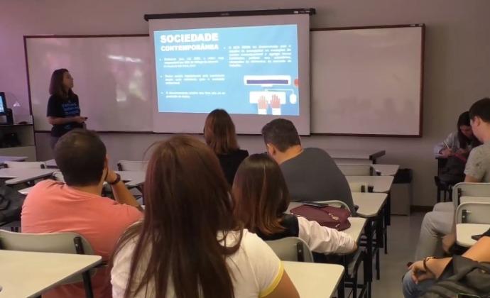 Aluna da FAESA Centro Universitário Cristiane Rubim apresentando o projeto NCD ao Expocom 2018