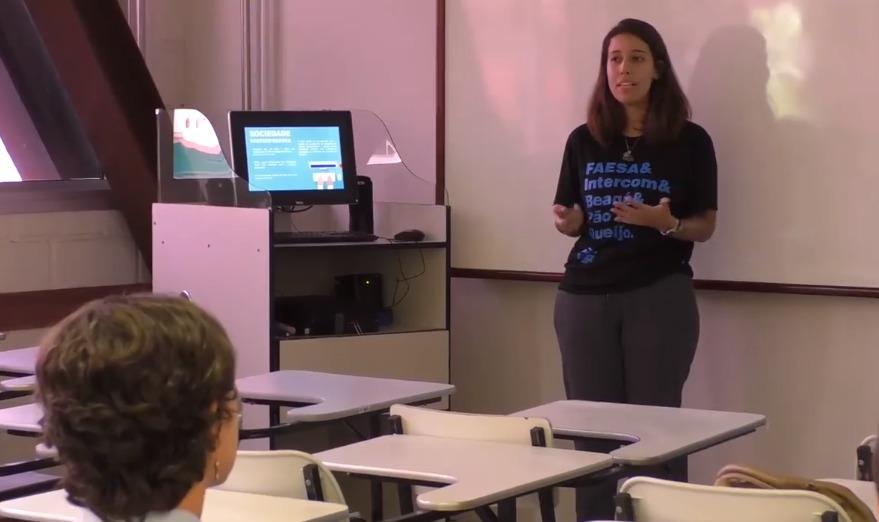 Aluna Cristiane Rubim em apresentação do NCD News ao Expocom 2018