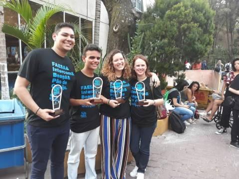 Universitários com os prêmios recebidos no Expocom
