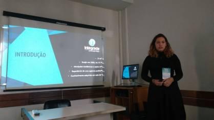 Aluna Juliana Ramaldes como apresentadora do projeto Agência Integrada