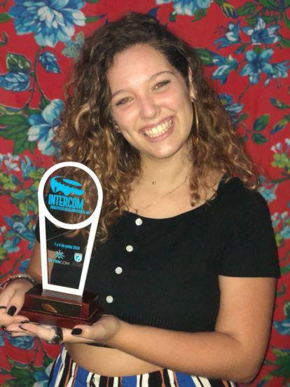 Aluna Juliana Ramaldes com o prêmio da Agência Integrada no Expocom 2018