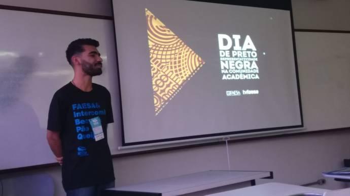 Aluno Jefferson Teófilo apresentando o trabalho Dia de Preto no Expocom Sudeste 2018