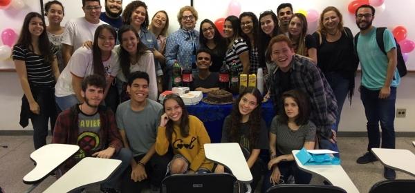 alunos de jornalismo preparam festa surpresa