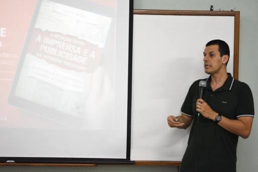 Professor lançando livro na Agência Integrada