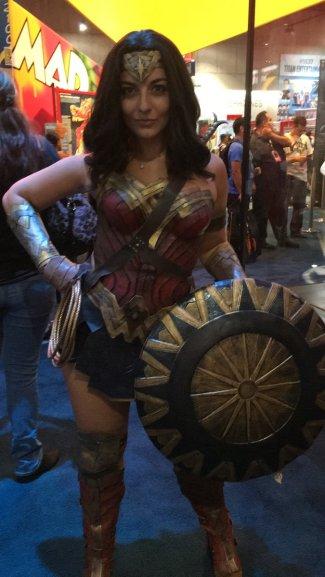 Mulher fantasiada de Mulher Maravilha durante a San Diego Comic Con