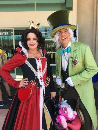 Fãs fantasiados de personagens da história clássica da Disney de Alice no País das Maravilhas.