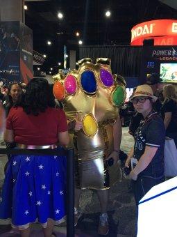Fã fantasiada de Manopla do Thanos em Guerra Infinita na San Diego Comic Con