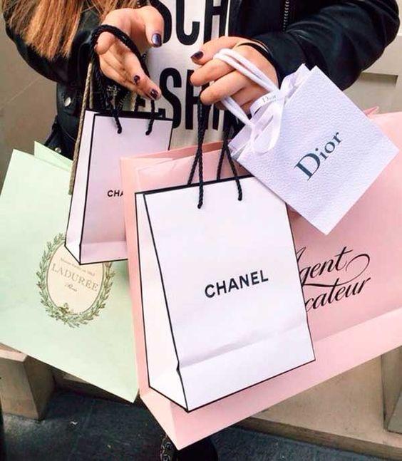 mulher vai às compras de luxo