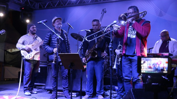 banda toca com sax, trombone