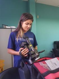 aluna de jornalismo segura câmera