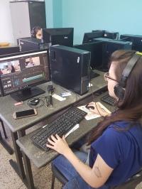 aluna de jornalismo edita vídeos