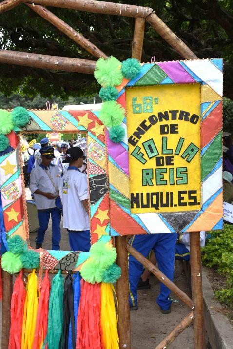 Placas com dizeres do encontro nacional de folias de reis com cores coloridas