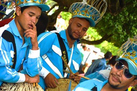 Componentes de grupo de folia de reis com roupas nas cores azul e branca