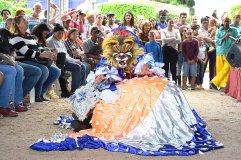 Foliãs em apresentação do Encontro Nacional de Folia de Reis em Muqui
