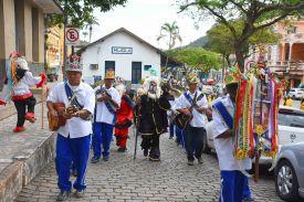 Desfile de grupo de foliãs nas ruas de Muqui durante o Encontro Nacional de Folia de Reis