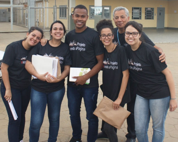 Foto dos voluntários junto ao coordenador do projeto Virando a Página