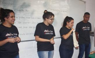 Alunos voluntários durante a primeira aula com os alunos de Xuri.