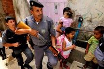 """Data: 22/10/2012 - ES - VitÛria - OcupaÁ""""o da PolÌcia Militar no Morro do Bomfim, em VitÛria - Editoria: PolÌcia - Foto: Gabriel LordÍllo - NA"""