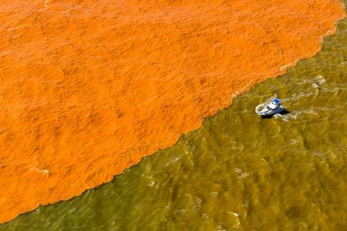Vista aérea da lama mais densa já vista no Rio Doce, vindo de uma barragem que rompeu em Minas Gerais
