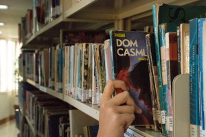 Fotografia do livro Dom Casmurro de Machado de Assis, registrada na biblioteca da Faesa. Feita pelo aluno Gustavo Rodrigues.
