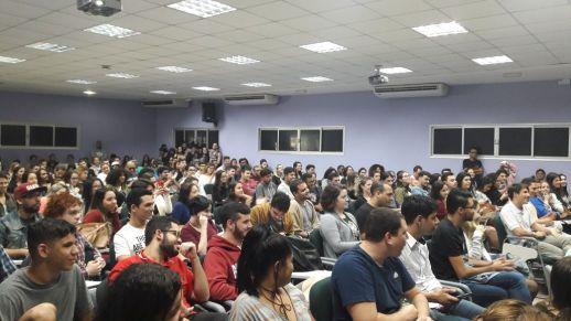 Alunos lotam o auditório central da FAESA para palestra de Eduardo Marques, um dos publicitários mais criativos do mundo